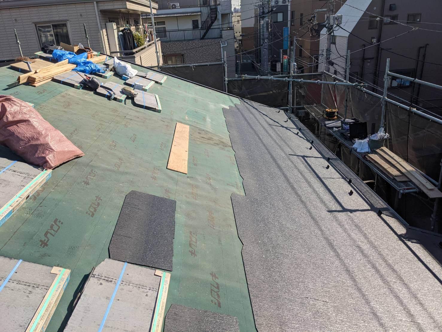 屋根の葺き替え工事中